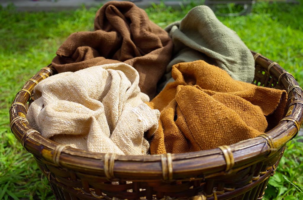 草木染め、手つむぎコットンで手織りしたストール
