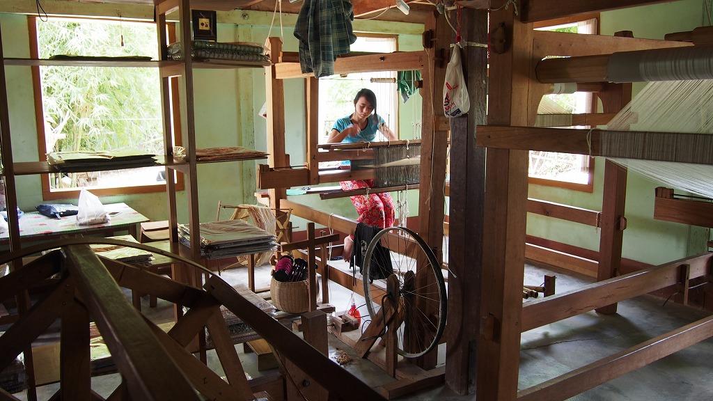 工房の1階には機織り機が3台、糸車が2台。